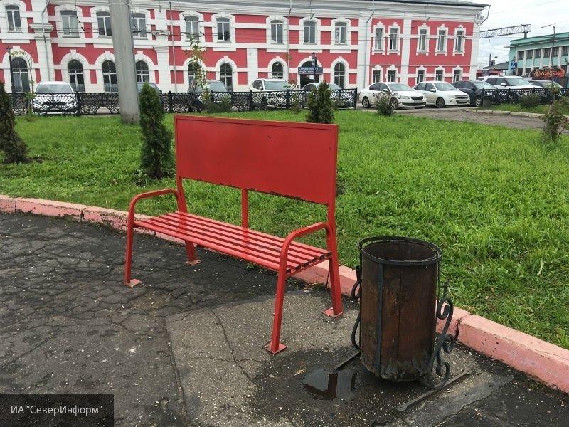 Вологжане недовольны новыми скамейками около вокзала