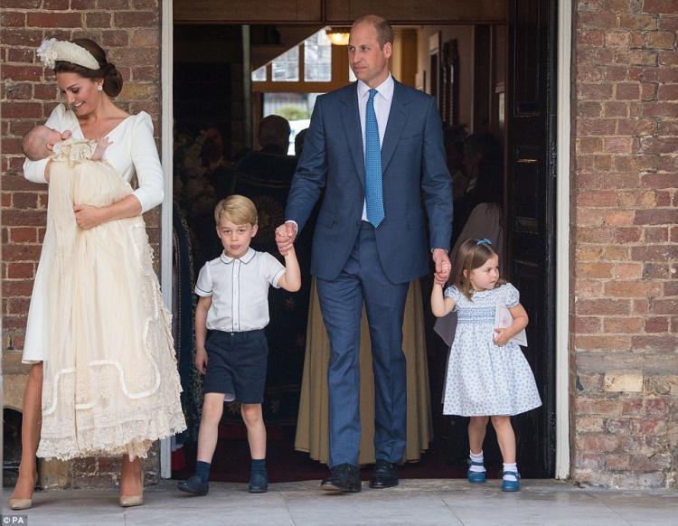 Юная принцесса Шарлотта проявляет характер и пробует вкус власти, ругая папарацци