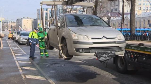 Автомобили без номеров начали эвакуировать в Москве в целях безопасности