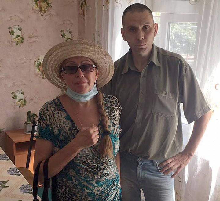 Мать и сын, потерявший друг друга на пять лет, не сдерживала эмоции при встрече. Пресс-служба УТ МВД по СКФО