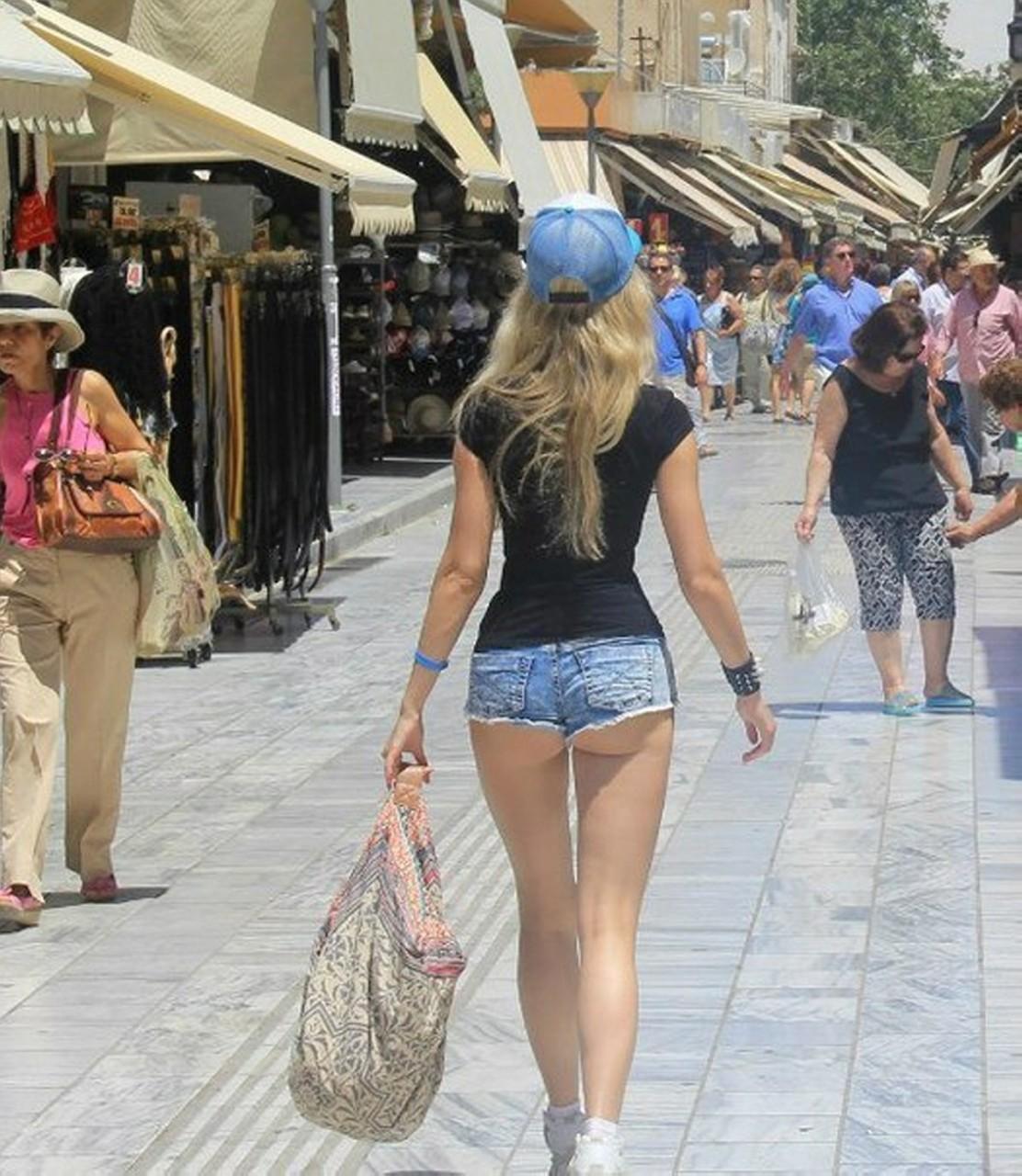 большие попки в коротких шортах гуляют - 10