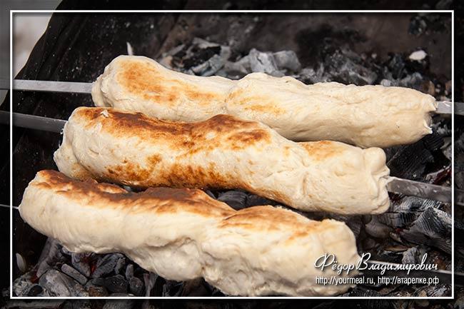 Хлеб на шампуре. На мангале выпечка,кулинария,пикник,хлеб
