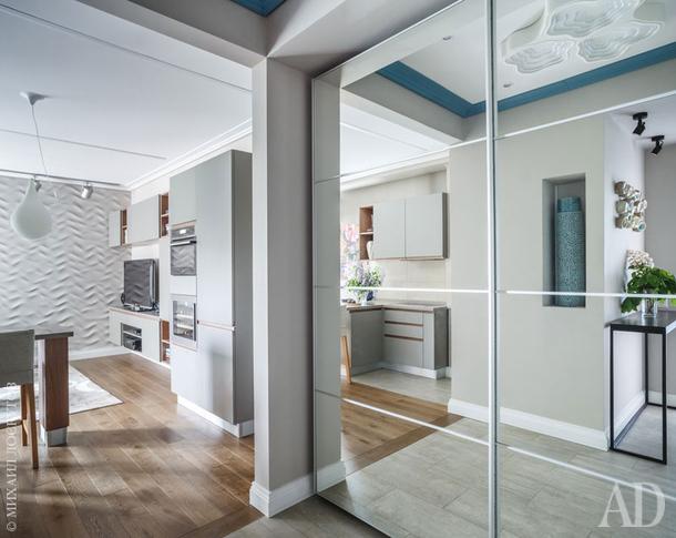 Одна из стен гостиной облицована волнообразными панелями. Дубовый пол, Finex.