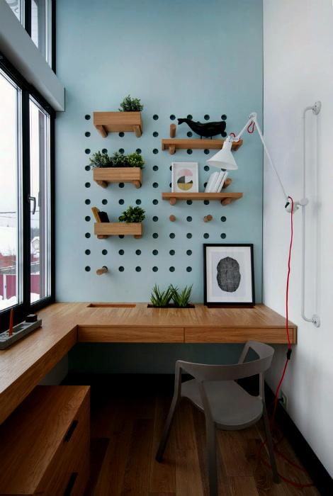 Письменный стол и панель с перфорацией.   Фото: Design-homes.ru.