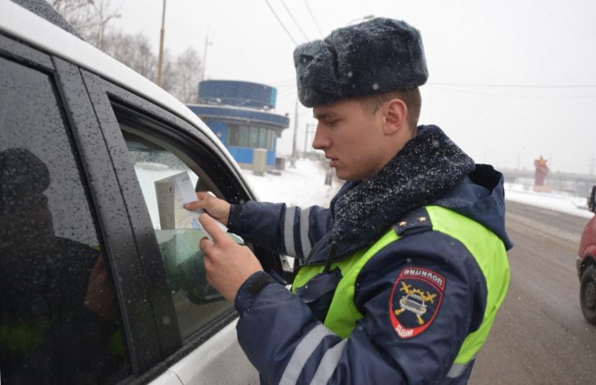 Инспектор забрал документы в патрульный автомобиль: в чем подвох, и что делать водителю?