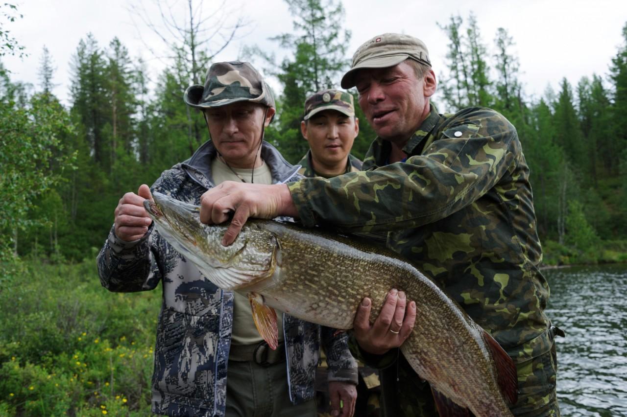 Отдых разведчика: Путин два часа гонялся за щукой под водой