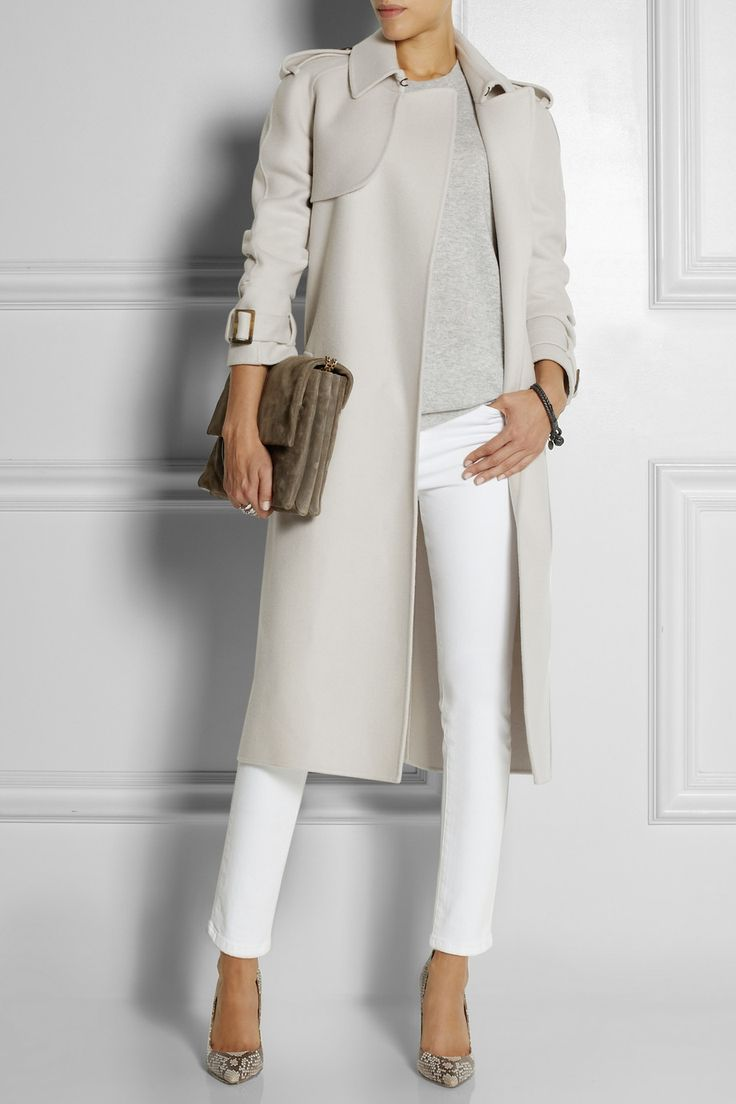 Стильная идея: серое пальто и белые джинсы