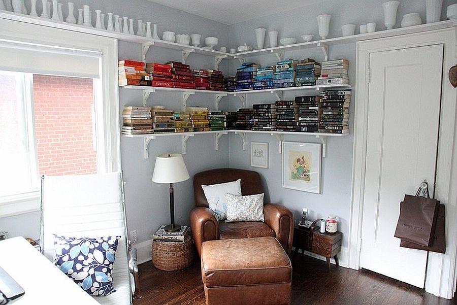 Навесные полки для книг в домашнем мини-офисе белого цвета