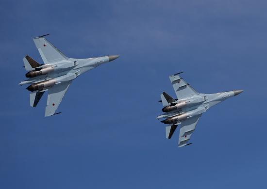 Военные учения: удачная посадка истребителей Су-35 наповрежденную полосу