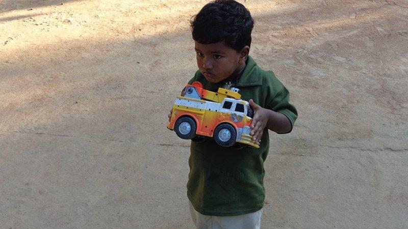 В индийском доме, где в месяц на семью уходит $245, любимой игрушкой является игрушечный грузовик в мире, дети, игрушка, люди, страны