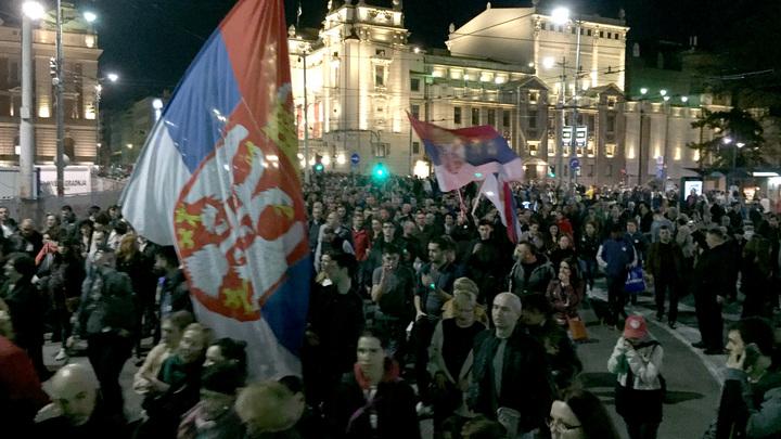 Протестующие в Сербии пробил…