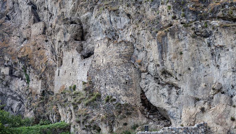 Крепость в старом ауле Дзивгис водопад, заброшенный город, крепость, пещеры, северная осетия