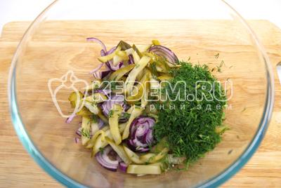 В миску нарезать полукольцами лук, соломкой нарезать маринованные огурцы и мелко нашинкованный укроп.