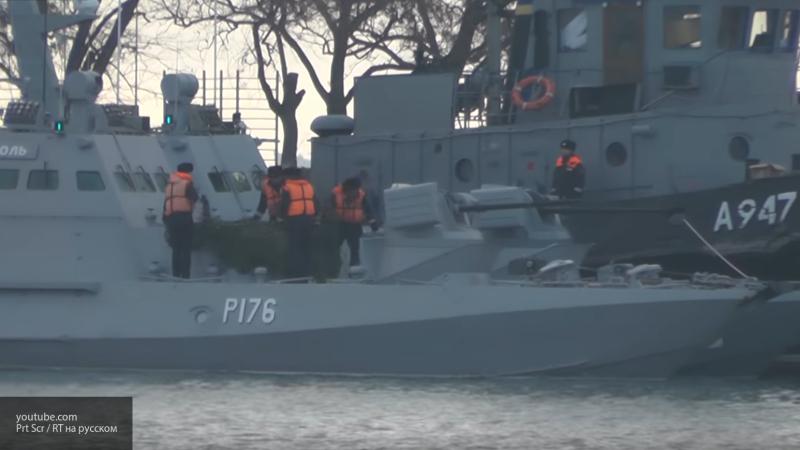 Видео: задержанные накануне корабли ВМС Украины заходят в порт Керчи