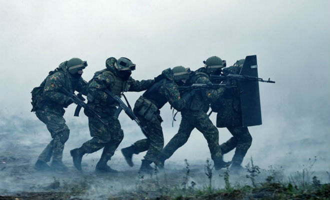 Для чего спецназовцы держат друг друга за плечо