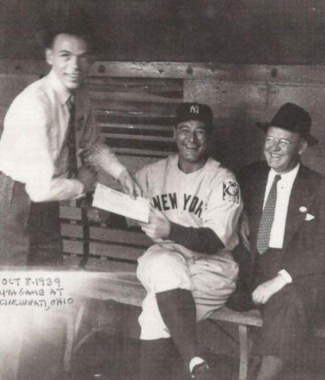 Фрэнк Синатра просит автограф у Лу Герига, 1939 год
