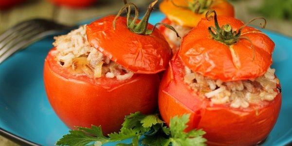 Запечённые помидоры, фаршированные свининой и рисом