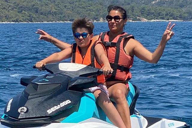 Парасейлинг и гидроциклы: Анна Нетребко вместе с мужем и сыном отдыхает в Турции