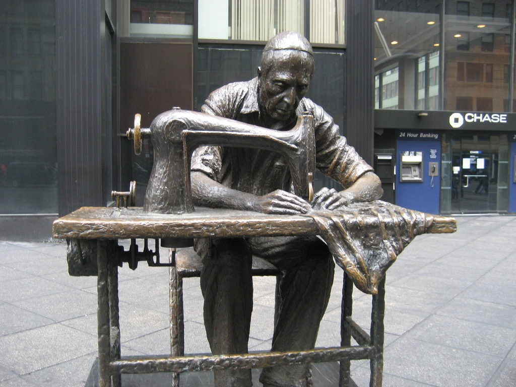 Нью-Йорк. Памятник портному.