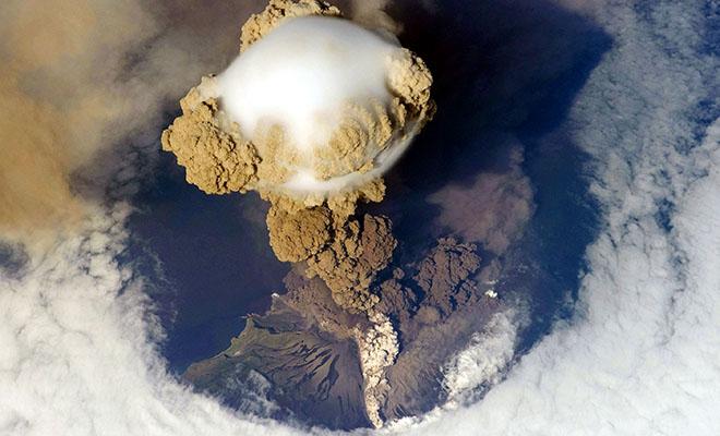 Космонавты с МКС сняли на видео, как на Камчатке проснулся вулкан