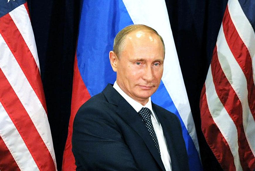 Почему Владимир Путин стоит над схваткой в США