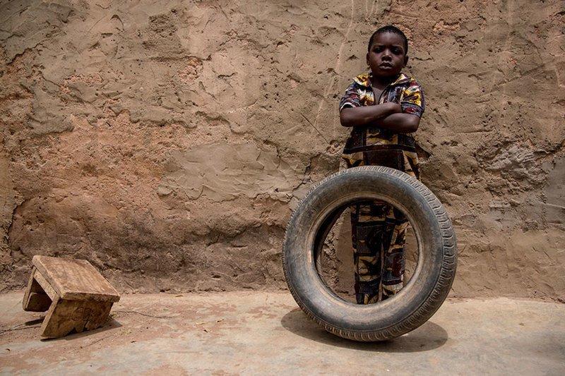 В доме, расположенном в Буркина-Фасо, где в месяц на семью тратят $54, любимой игрушкой является автомобильная покрышка в мире, дети, игрушка, люди, страны