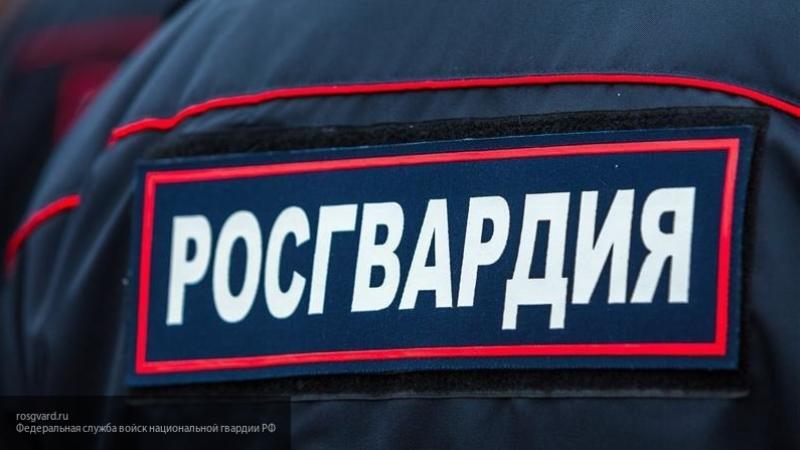 В Омске студент напал на охранника и сломал ему ногу