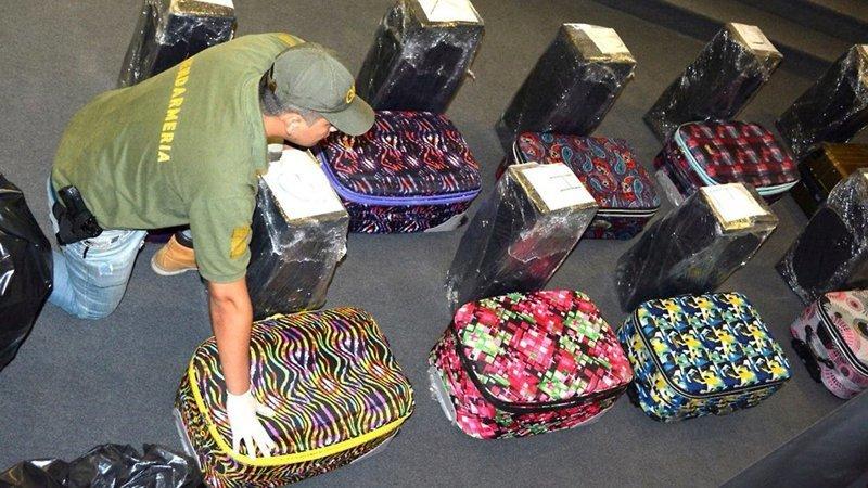 В самолете, который перевозил первых лиц государства в Россию, провезли 400 кг кокаина в чемоданах