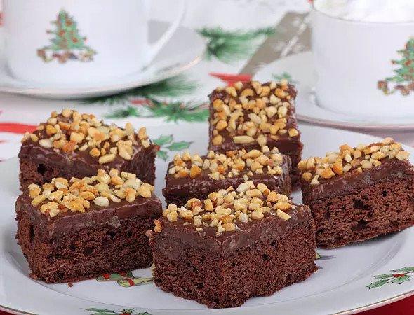Брауни с кедровыми орешками Очень вкусный шоколадный брауни в сочетании с кедровыми орешками — настоящее лакомство