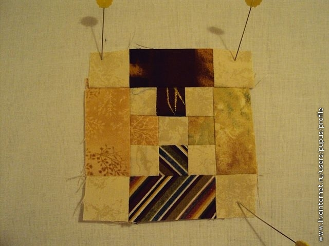 опять пришиваем с двух сторон темные полосы с квадратиками и так по 4 полосы каждого цвета