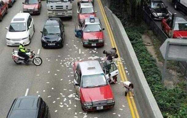 В Гонконге на дорогу рассыпа…