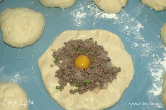 Тесто очень легкое в работе. Формируем лепешку. В центр выкладываем начинку, делаем небольшое углубление и вбиваем яйцо. Яйца можно добавить готовые, но мне нравятся сырые, они придают кремовую структуру.
