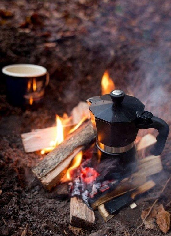 Можно сварить какао или кофе, кому что по душе. Некоторые кофеманы готовы брать с собой на природу даже кофеварку. бананы, овощи на гриле, осень, пикник, чай, шашлык, яблоки