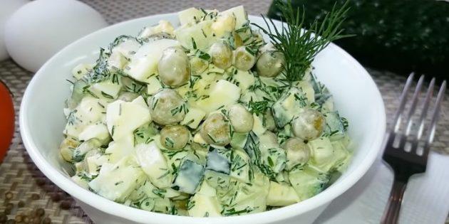 Салат с зелёным горошком, огурцом и яйцами