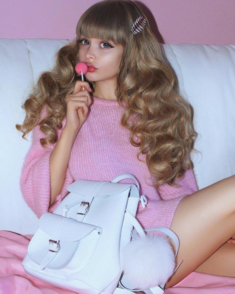 Хотяи ее пластические операции не обошли стороной. Но девушка гордится своим внешним видом и зарабатывает деньги будучи моделью женщины-куклы, живые Барби, знаменитости. как живут, интересное, что делают