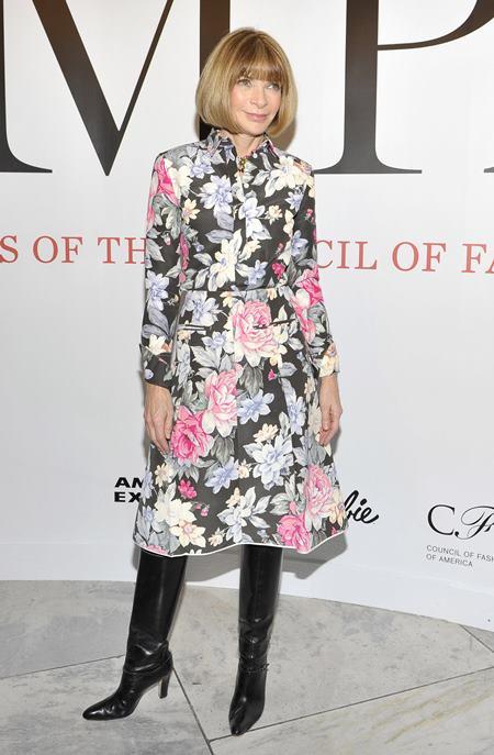 Брюкам Анна Винтур неизменно предпочитает платья и юбки, длиной от колена