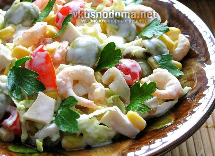 Салат с креветками, кукурузой и кальмарами