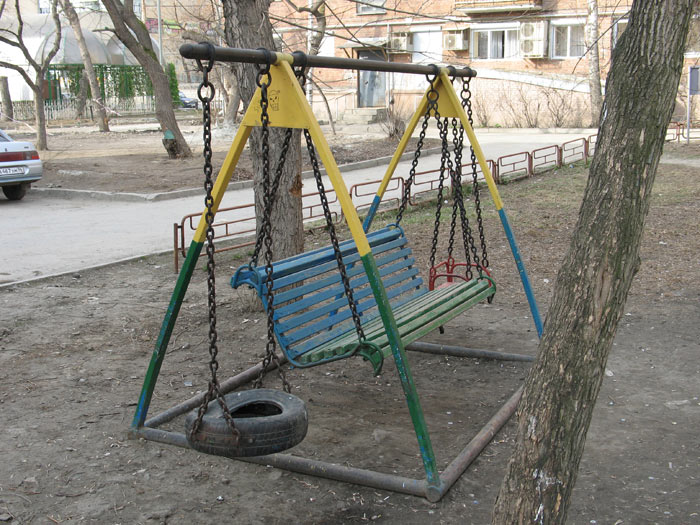 У нас во дворе стоят качели. Там раньше детская площадка была, потом площадку перенесли, а качели остались