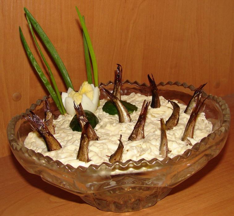 Рыбки в пруду - салат с российскими шпротоми