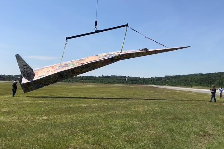 В США подняли в воздух самый большой в мире бумажный самолетик
