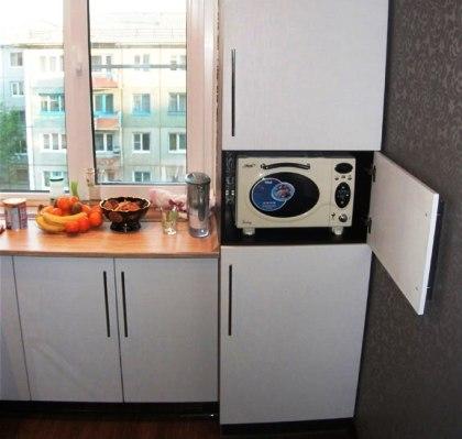 """Разбираемся — как встроить полноценный кухонный гарнитур в кухоньку обычной панельной """"двушки"""""""