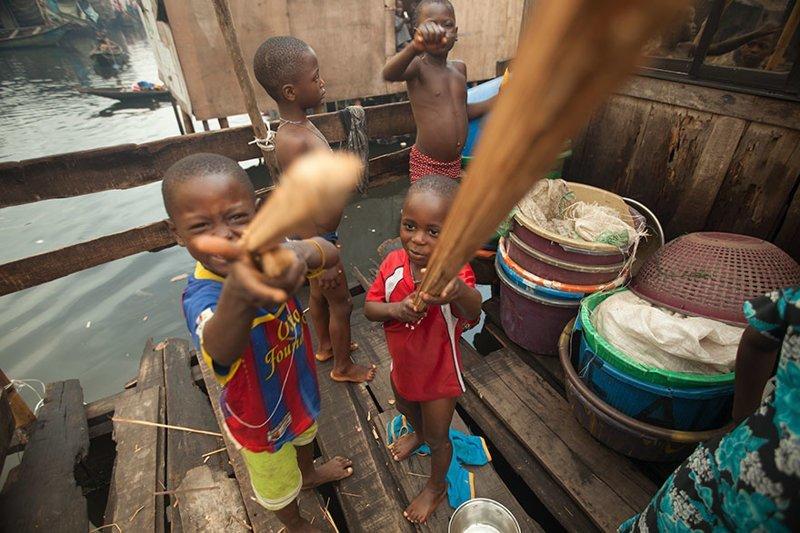 В нигерийском доме, где в месяц на семью тратят $124, любимыми игрушками являются деревянные палки в мире, дети, игрушка, люди, страны