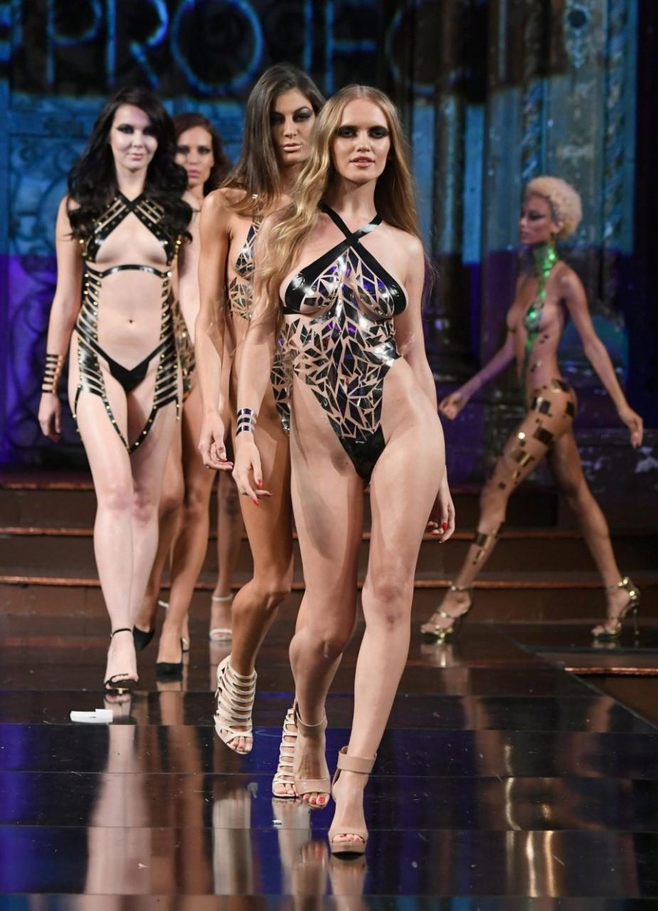 Показ моды голых девушек видео улет