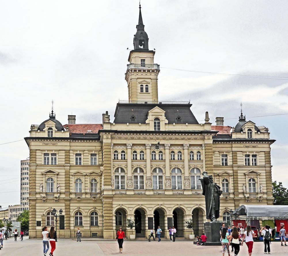 США научат Сербию смотреть и…
