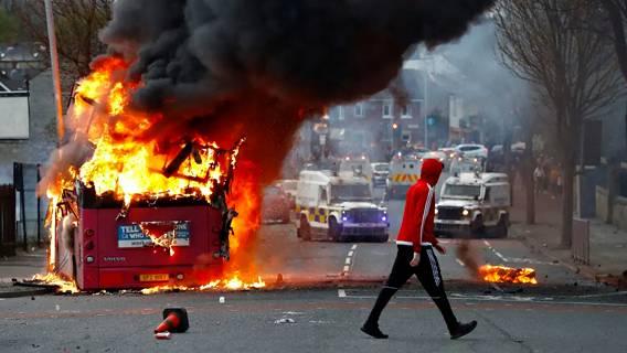 Лондон и Дублин призвали общественность к спокойствию после беспорядков, произошедших в Северной Ирландии