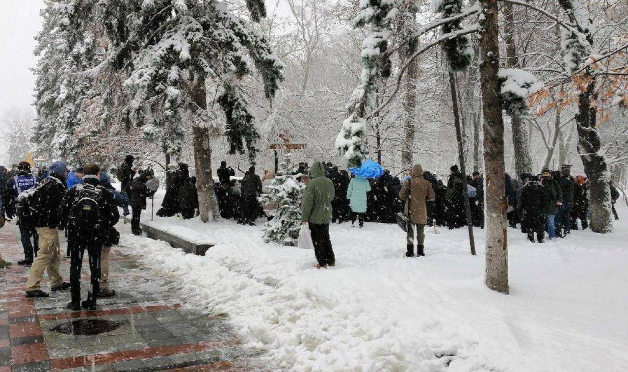 У здания Рады проходит митинг сторонников УПЦ МП