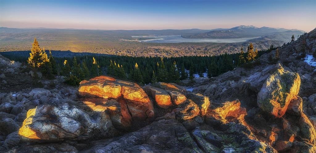 Вид с хребта Зюраткуль на одноименное озеро