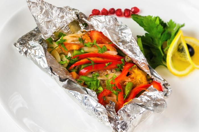Филе минтая, запечённое в фольге, получается очень вкусным, сохраняя все ароматы и полезные свойства.