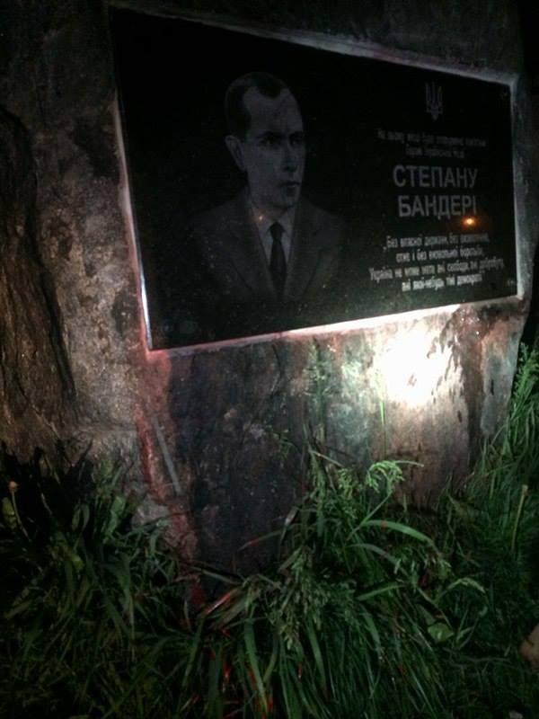 В Хмельницком мемориальную доску Бандере облили кровавой краской
