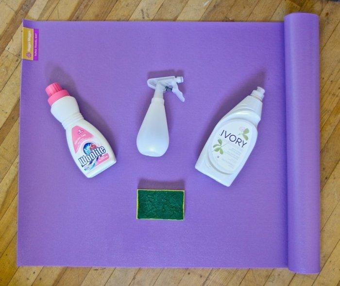 Как отчистить коврик для занятий йогой от пятен пота и грязи при помощи подручных средств